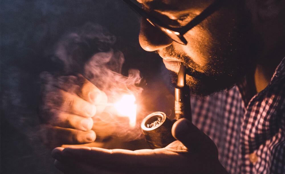 zapaľovanie fajky na tabak