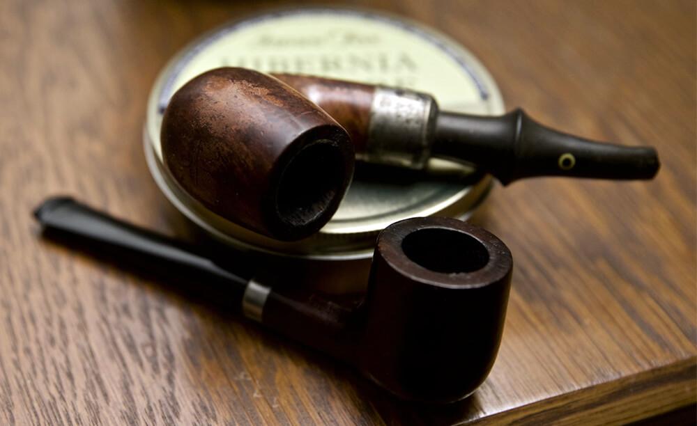 Fajky a fajkový tabak položené na stole