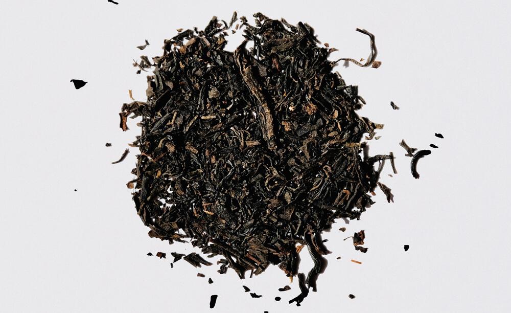 Sušený tabak na bielom pozadí