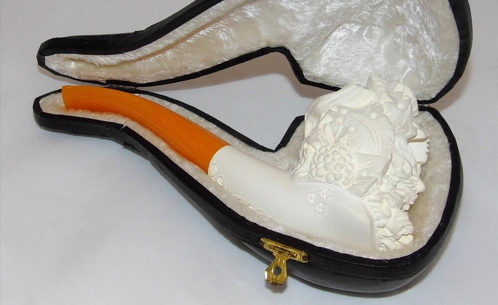 Fajka na tabak z morskej peny so zložitým vyrezávaným motívom uložená v púzdre