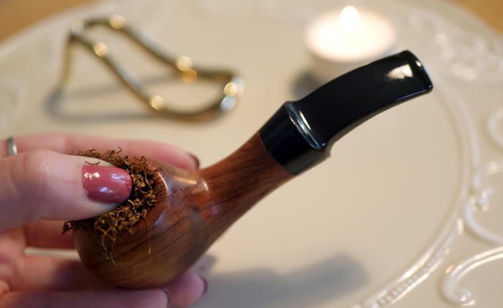 Detail: plnenie fajky tabakom