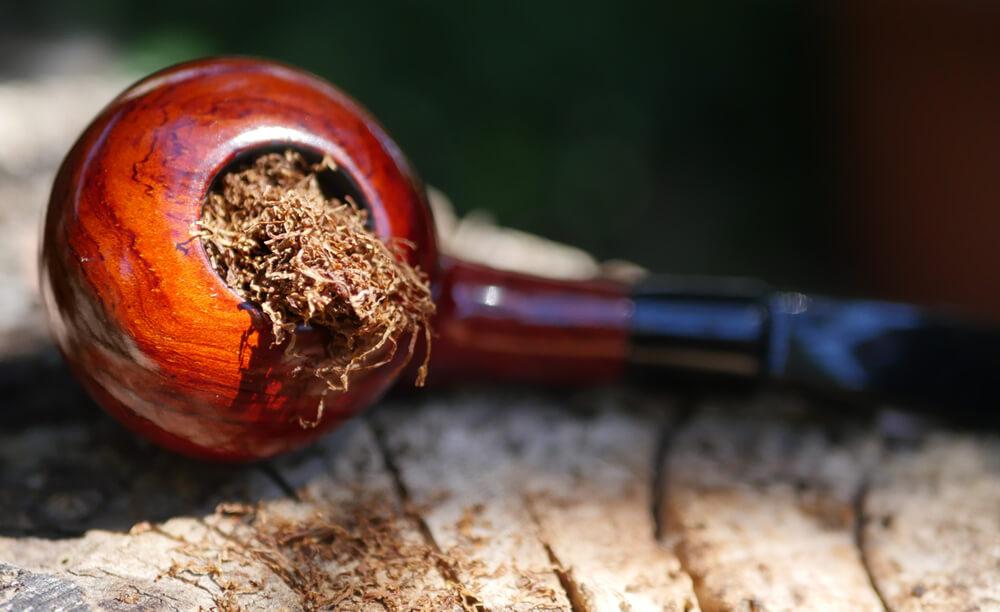Fajka na tabak naplnená tabakom