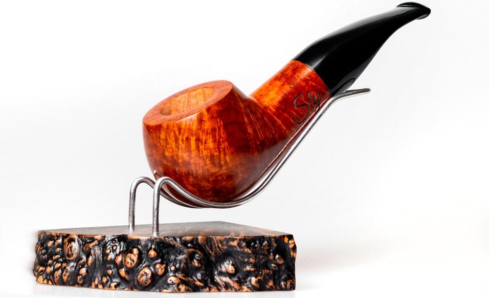 moderná fajka BPK Proseč na kovovo drevenom podstavci, na bielom pozadí